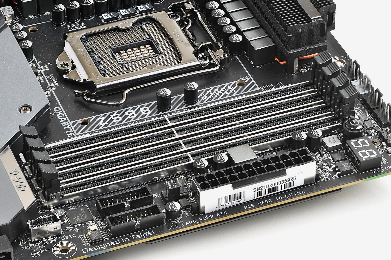 メモリスロットや各電源端子も金属カバー補強付き