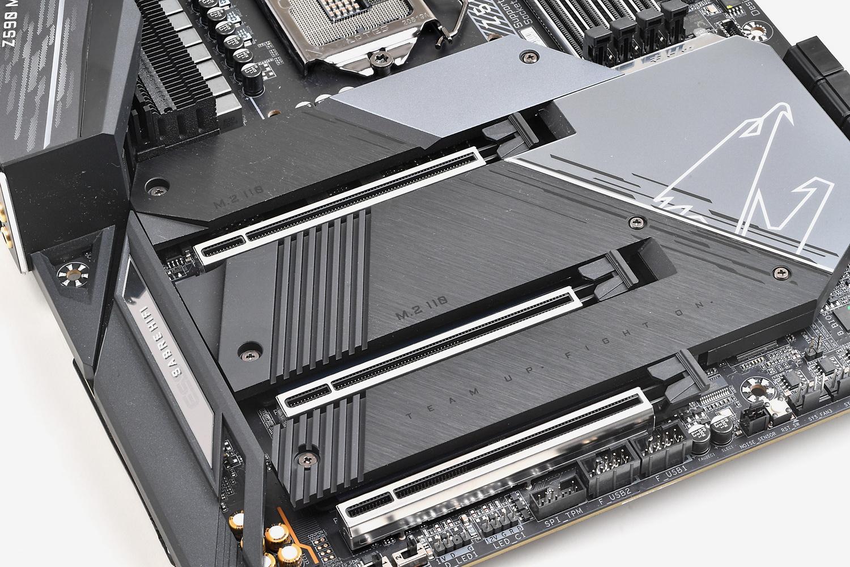 チップセットとM.2用ヒートシンクは一体感あるデザインで大面積をカバーする