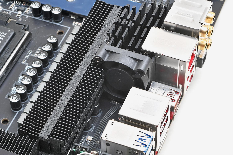 小径ファン付きのFins-Array IIヒートシンクがVRMを最適な温度に保つ