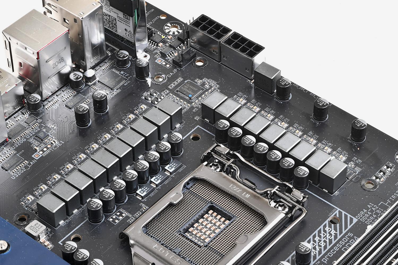 PWMコントローラ、MOSFETともにルネサス(Intersil)製のものを採用。CPUソケット左横に三つのタンタルポリマーコンデンサが配置されている