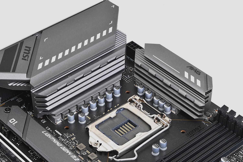 電源回路を冷却する大型のヒートシンクを採用。熱伝導率7W/mkのサーマルパッドと組み合わされている