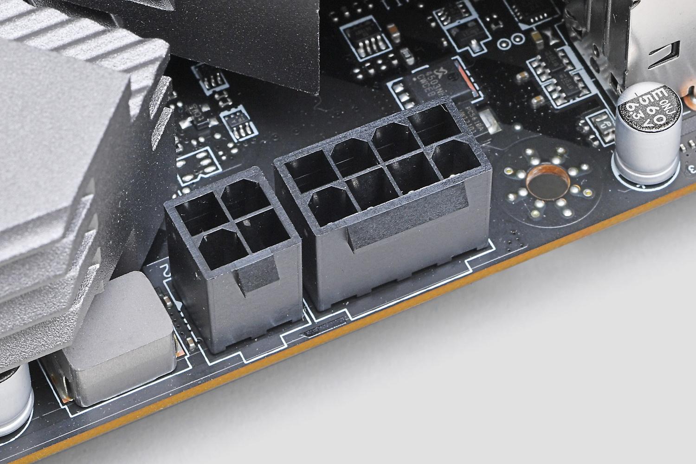 CPUの補助電源は8ピンと4ピンの組み合わせ
