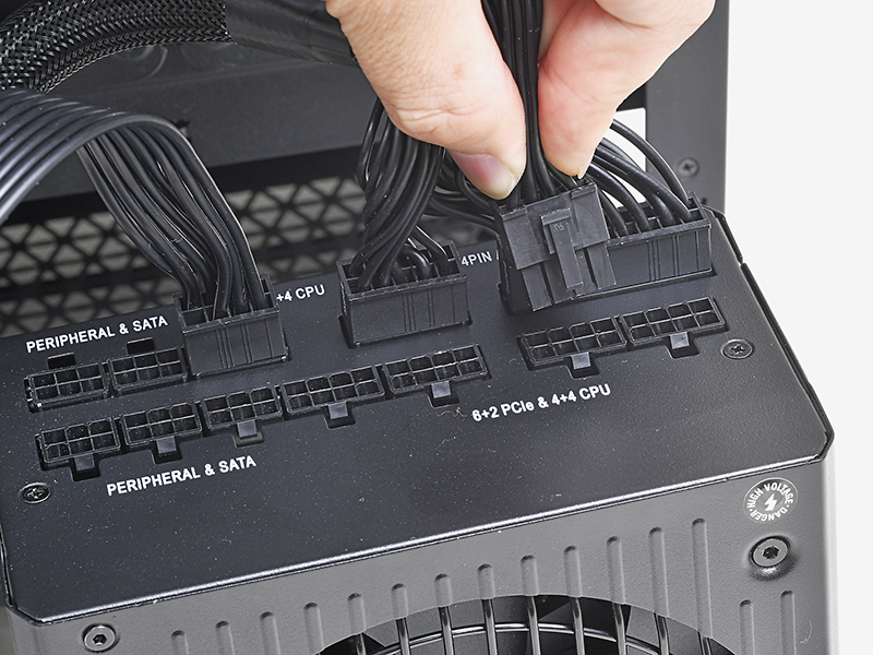ここまでの作業が終わったら、マザーボードベース裏面に引き出したEPS12V電源ケーブルを電源ユニットに挿す