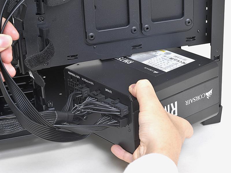 電源ユニットのファンを装備する面を下向きにして、PCケースの右側面から内部に入れる