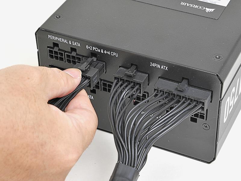EPS12V電源ケーブル以外の電源ケーブルを、電源ユニットに挿していく