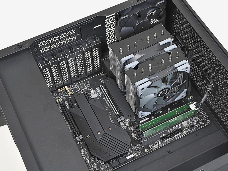 マザーボードをPCケース内部に入れて、バックパネルの位置を合わせながらスペーサの上に置く