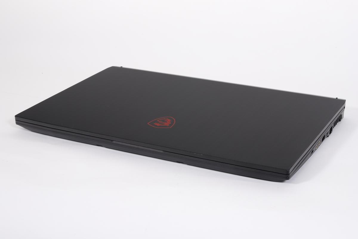 17.3型ディスプレイを搭載しながらも、厚さ23.1mm、重量2.3kgの薄型軽量を実現している。