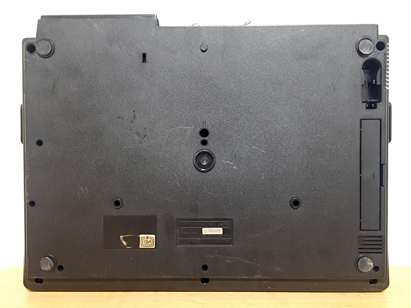 底面には、バックアップ用の電池をセットする場所と、ジョイスティックを収納しておく穴があります。