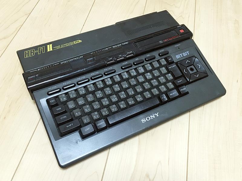 """前機種では白だったロゴが黄色になり、巨大だったMSX2のロゴも小さくなっています。IIの下側から伸びるラインの上に""""HOME COMPUTER""""や""""RAM64KB VRAM128KB""""といった文字が書かれ、デザインが良くなりました。"""