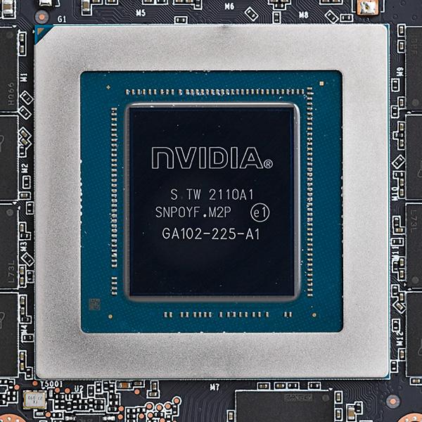 """ビデオカードの""""頭脳""""であるGPU。CPUと同様に高度な演算装置だ。左は市場をけん引するトップメーカー、NVIDIAのGeForce RTX。右はここ最近追い上げを見せるAMDのRadeon RX"""