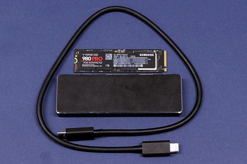 ●1 SSD外付けケース「AOK-M2NVME-U31G2C」と換装するSSDを準備。
