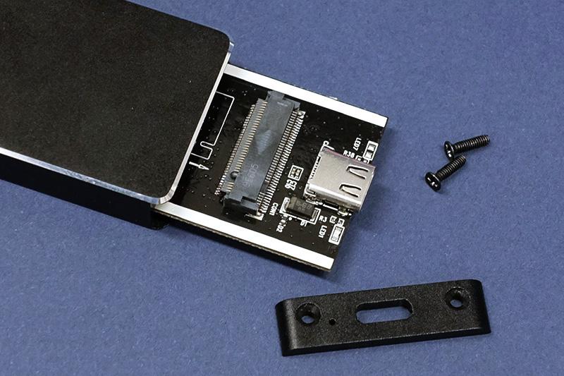 ●2 SSD外付けケースのネジを外し中の基板を取り出す。