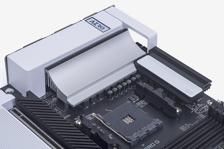 電源回路を冷却する大型のヒートシンクを採用。シンプルなデザインだがヒートパイプも備える本格派