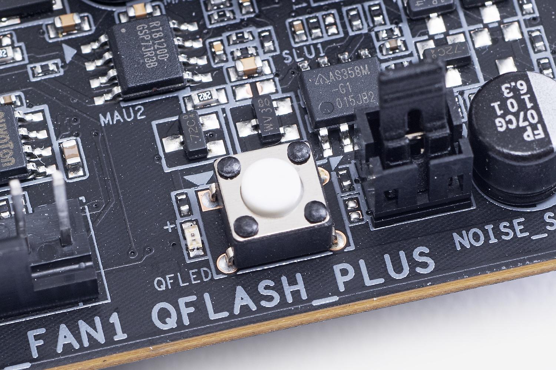 基板上にはCPUやメモリがなくてもUEFIを更新できる「Q-FLASH PLUS」ボタンを備える