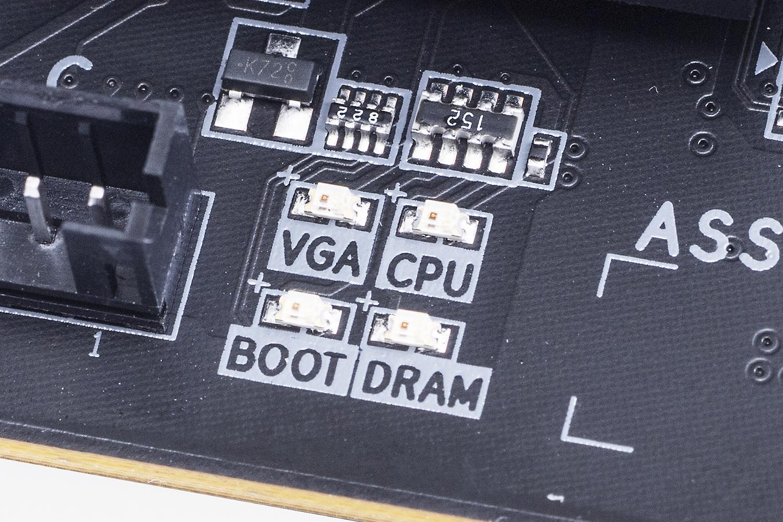 CPU/DRAM/VGA/BOOTの四つで構成されるステータスLED。起動時に問題がある箇所のLEDが点灯とトラブル解決に役立ってくれる。大型のビデオカード時は若干見えにくい