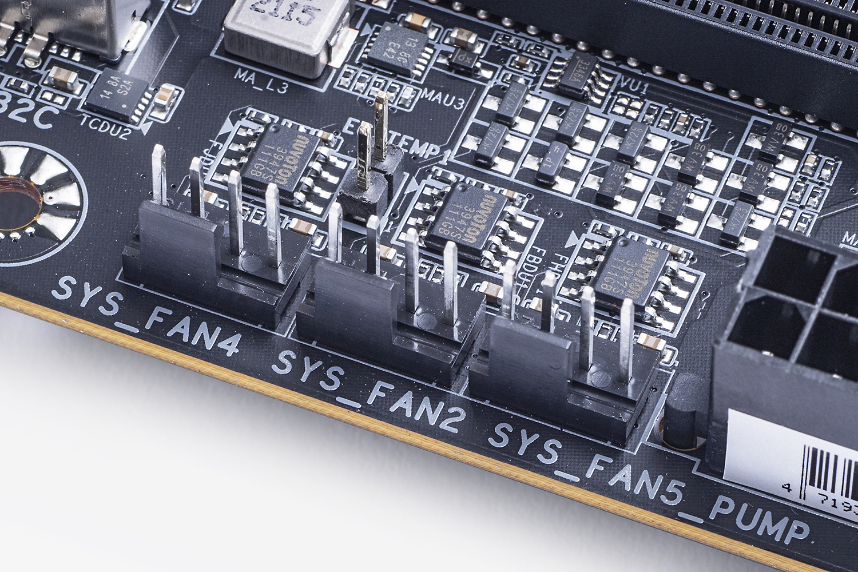 ファン用の電源ピンはCPUや水冷用も含めて全部で8基もあり、ファンの接続に困ることはないだろう