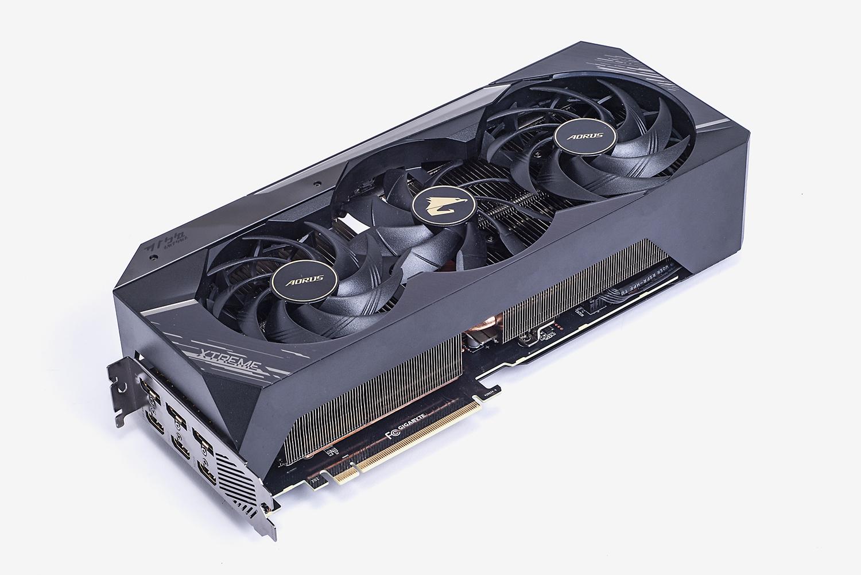 ビデオカードにはブーストクロック1,905MHzと高OC仕様の「AORUS GeForce RTX 3080 XTREME 10G」を使用。カード長31.9cm、4スロット厚の大型カードだ