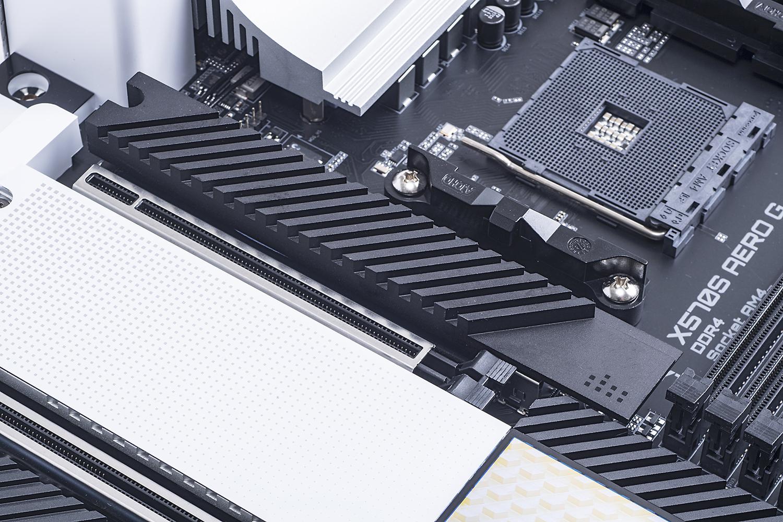 1基目のM.2スロット。分厚いヒートシンクを作用し、SSDの表裏の両方にサーマルパッドが付くという豪華仕様