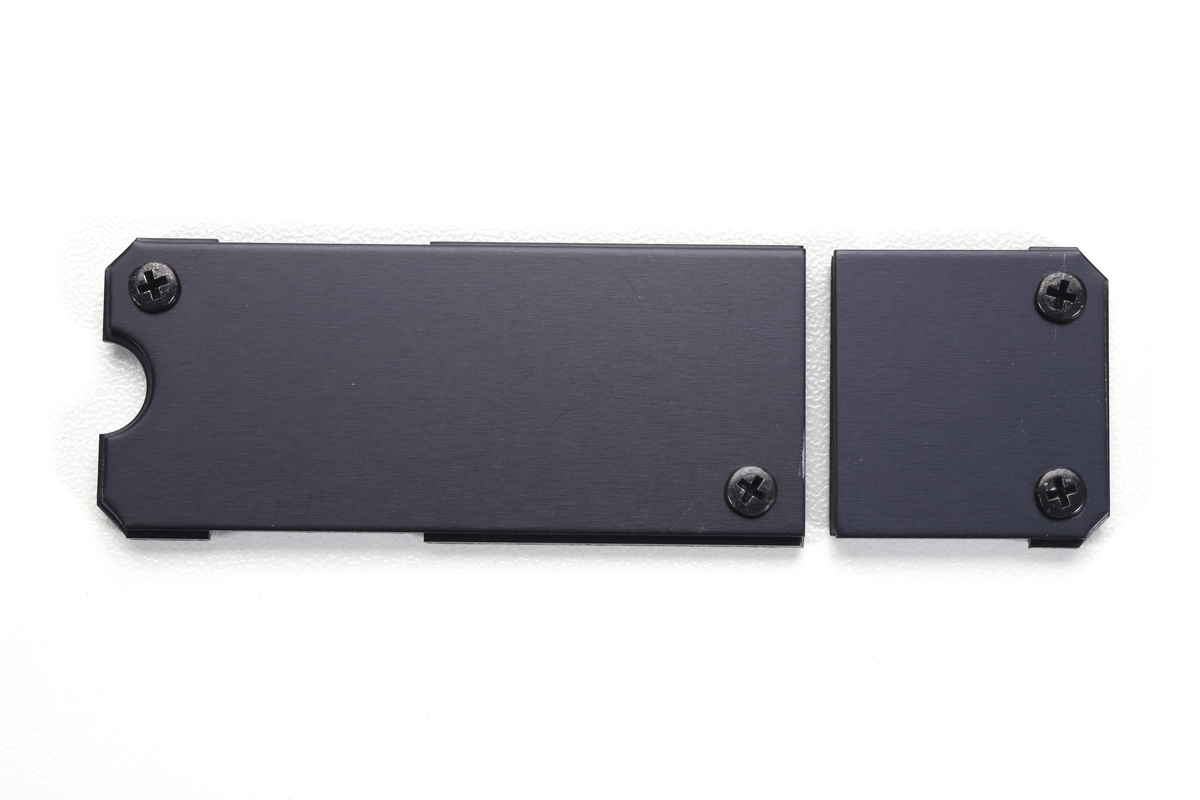 セパレート設計を採用しており、SSDコントローラ用の小型ヒートシンクとNANDフラッシュメモリ冷却用の大型ヒートシンクに分かれている。
