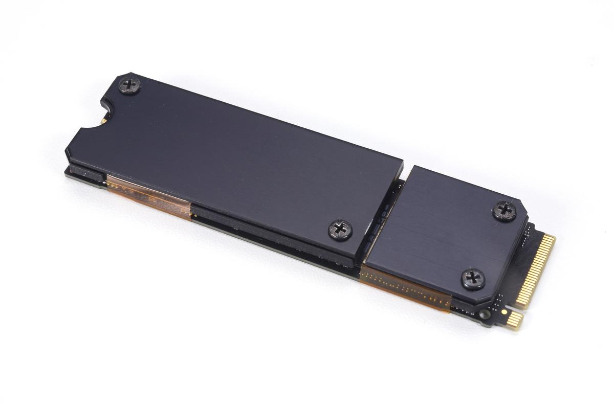 SMOP-SHSを搭載した980 PRO。SMOP-SHSが薄型のヒートシンクであることが分かる。