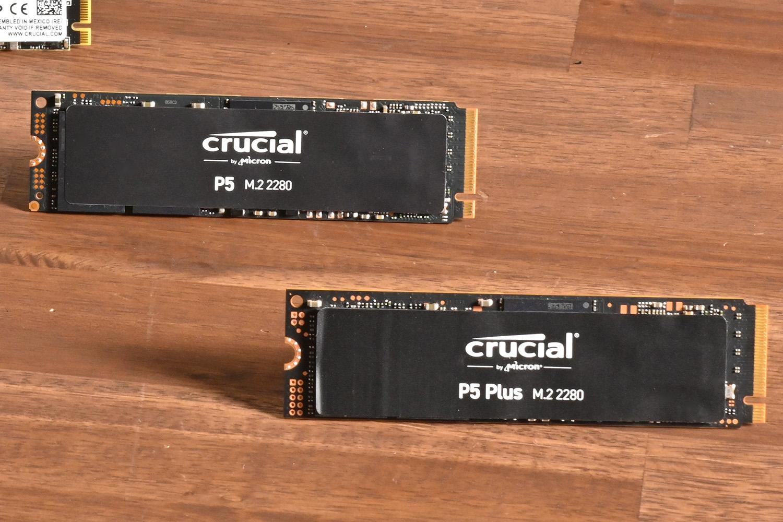 PCI Express 3.0世代のCrucial P5(左上)と、最新のCrucial P5 Plus。ラベルを貼った外観には大きな変化はないが、その実力は大幅に強化されている