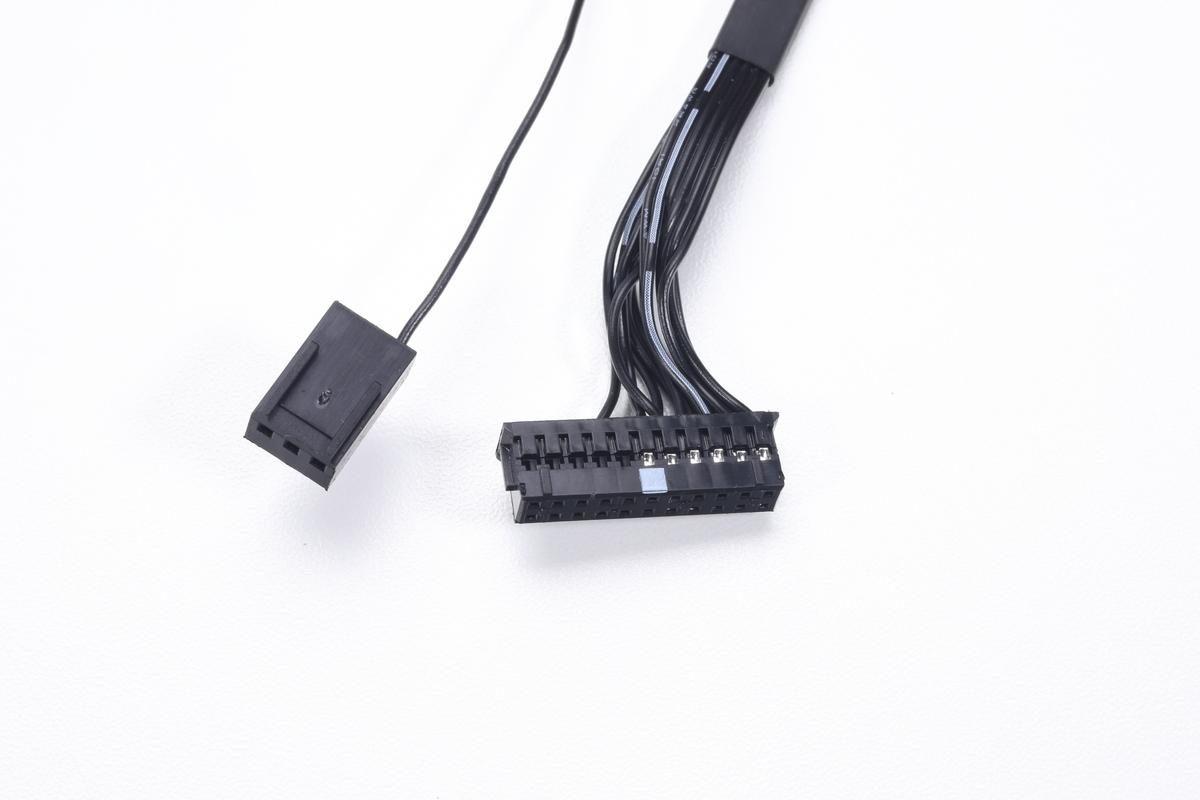 水冷ヘッドに接続されているケーブル。制御ユニットである「iCUE Commander CORE」接続用コネクタと、回転数出力用のファンコネクタ(3ピン)。