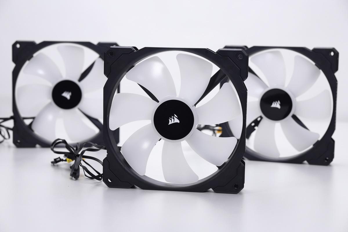 同梱されている冷却ファン「ML140 RGB」。サイズは140×140×25mmで、ファンスピードは最大2,000rpm。