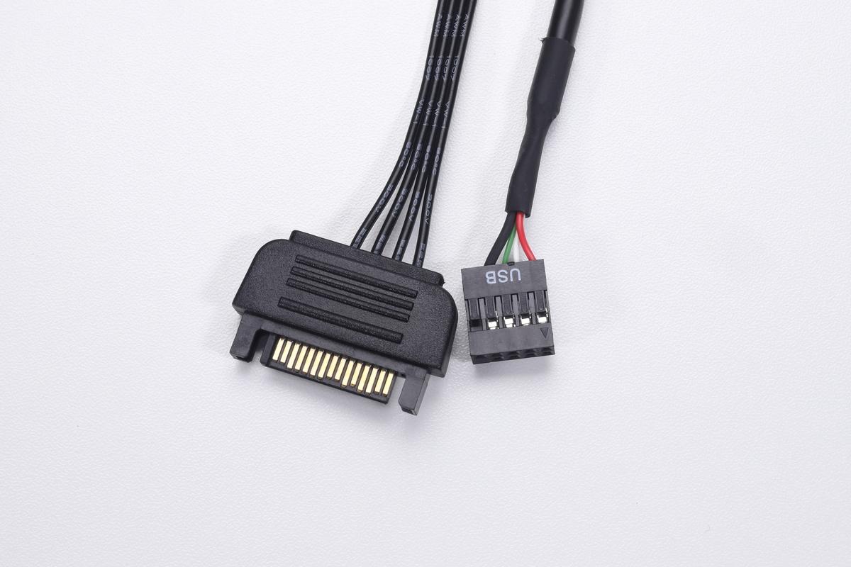 iCUE Commander COREに接続されているケーブル。電源供給用のSATA電源コネクタと、通信用のUSB 2.0ヘッダーだ。