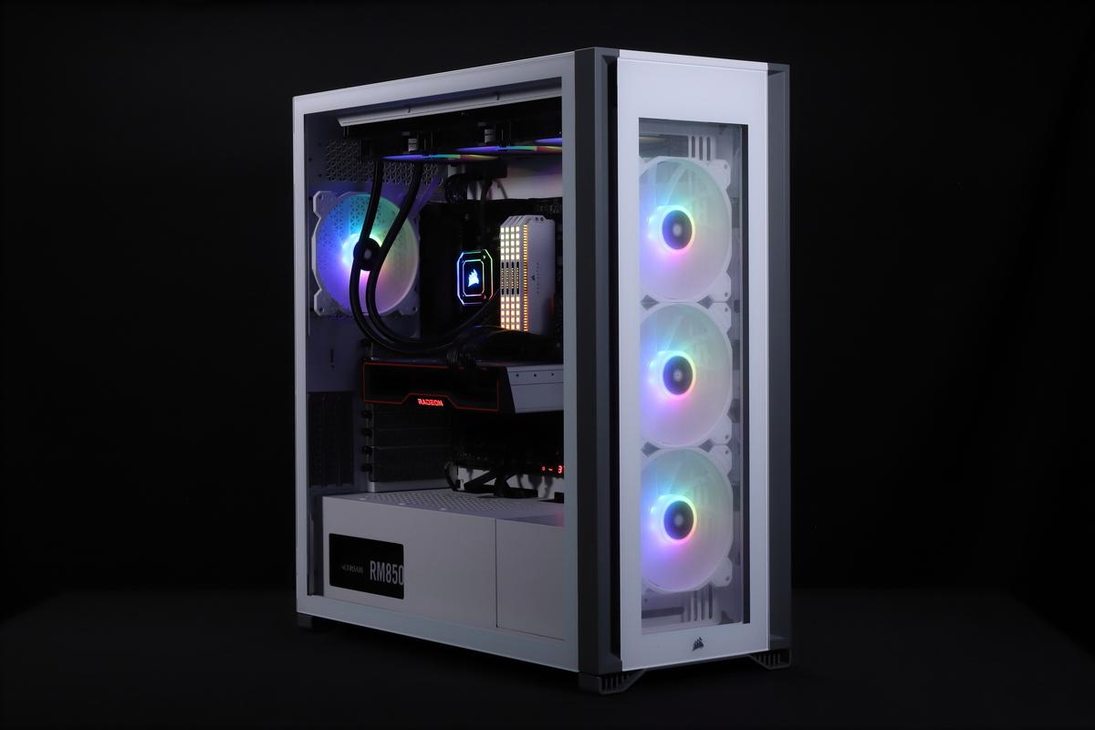 CORSAIRの新作フルタワーケース「iCUE 7000X RGB」。iCUE H170i ELITE CAPELLIXをトップとフロントの2か所に取り付けることができる。