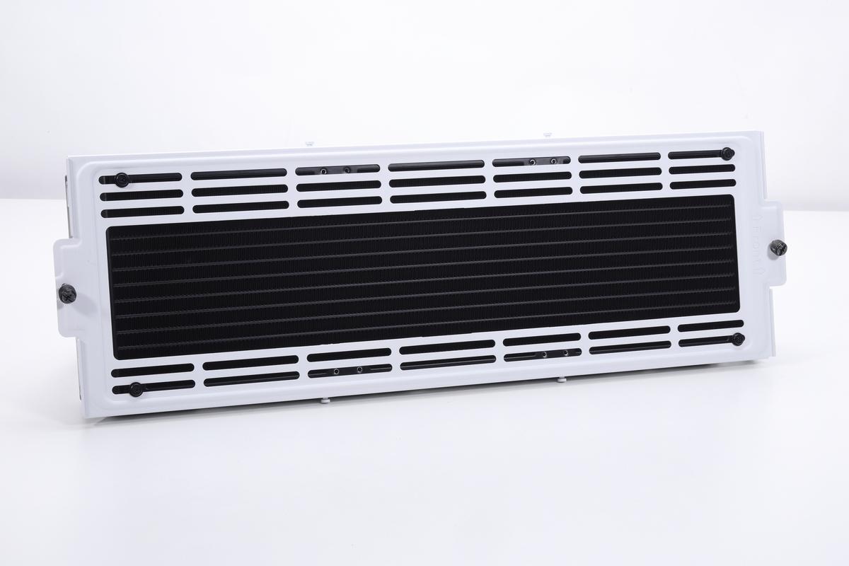 iCUE 7000X RGBのファンステイ(トップ)に取り付けたラジエーター。ここに取り付けるために設計されたことが一目で分かるほどのぴったり具合だ。