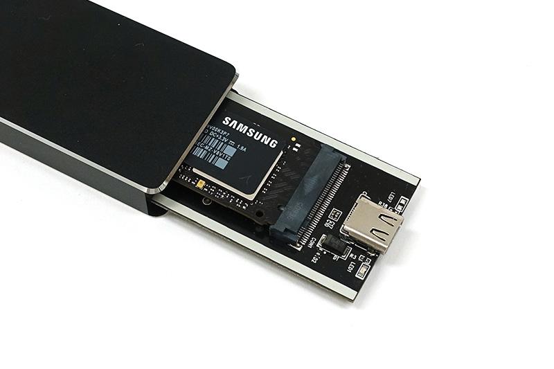 ●5 基板にSSDを装着したらケースの中に収納し、ネジでふたを閉める。