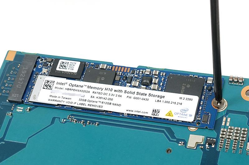 ●11 既存のSSDを取り外す。