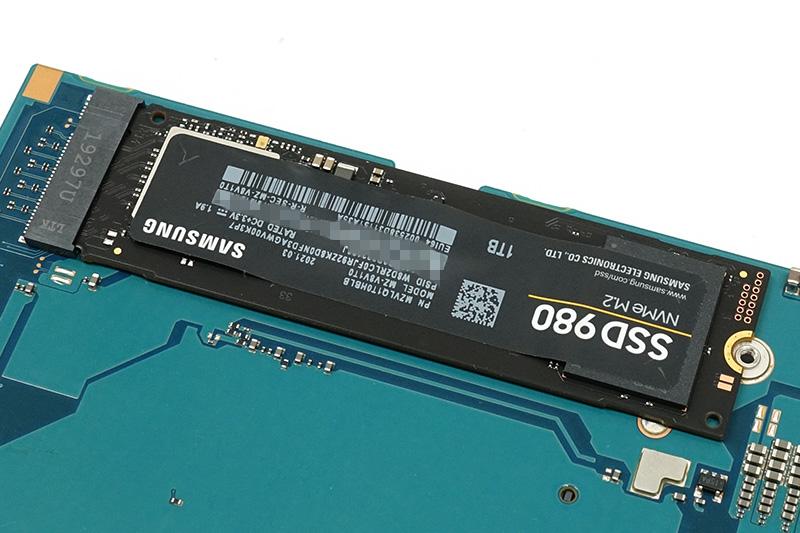 ●12 データをコピーした換装用のSSDに挿し替える。