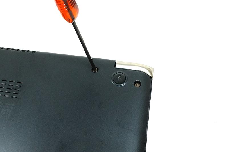 ●13 装着が済んだらコネクタ類を接続し直して背面パネルを元に戻す。コネクタ類が確実に接続されていることを確認しよう