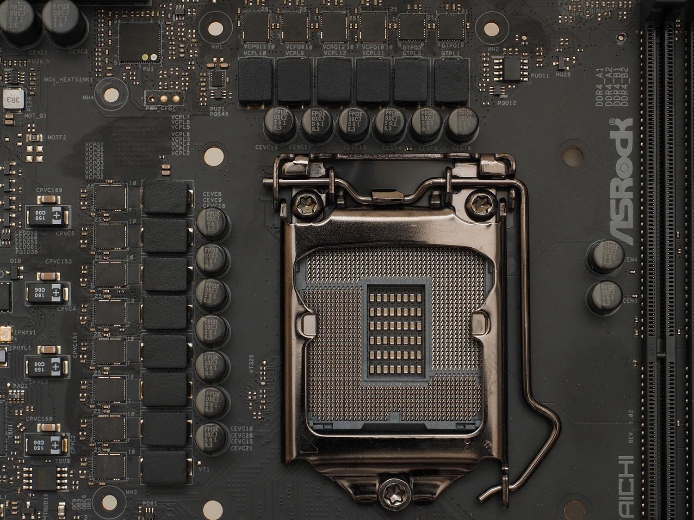 CPUソケット左に8フェーズ、左上角にPWMコントローラ、上に6フェーズをレイアウト。上側6フェーズのうち右寄り2フェーズはMOSFETの形が異なる