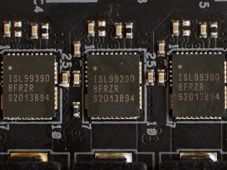 PWMコントローラチップ(写真左)とMOSFET(写真右)