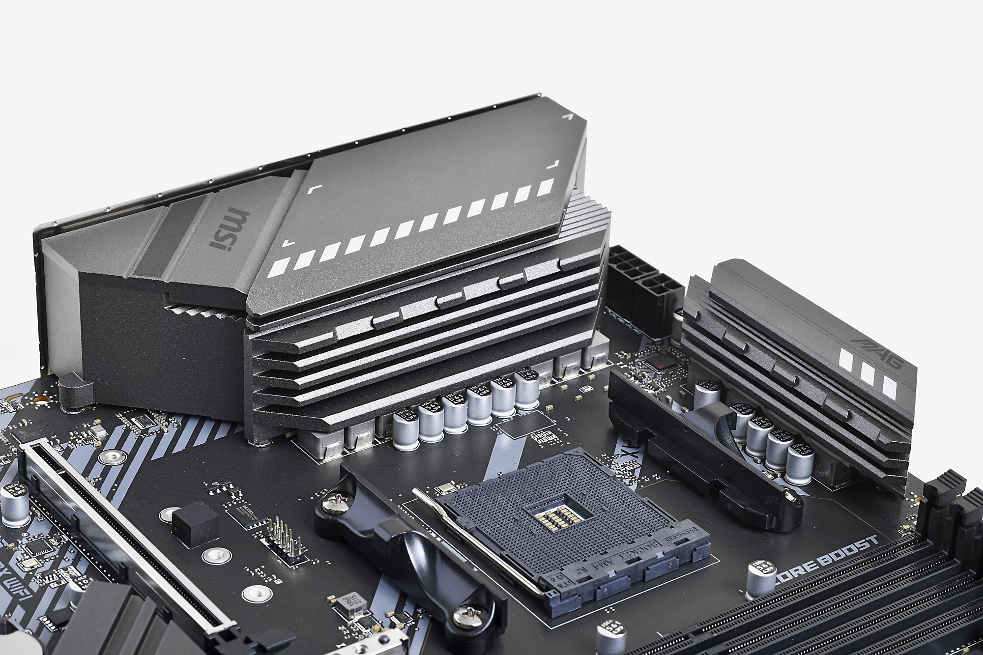 大型のVRMヒートシンクは大電力を求める多コアのCPUを組み合わせても安心