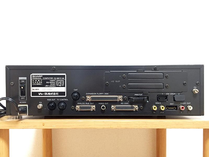 背面は左から、主電源、RGB出力端子、TVコントロール端子、CMT接続端子、アナログRGB出力端子、外部フロッピーディスク接続端子、ビデオカット用端子、RS-232C端子、プリンタポート、ジョイスティック接続端子、ビデオ入出力端子、ディップスイッチ、音声出力端子が並んでいます。プリンタポートやジョイスティック端子の上には、拡張I/Oスロットが2基用意されています。