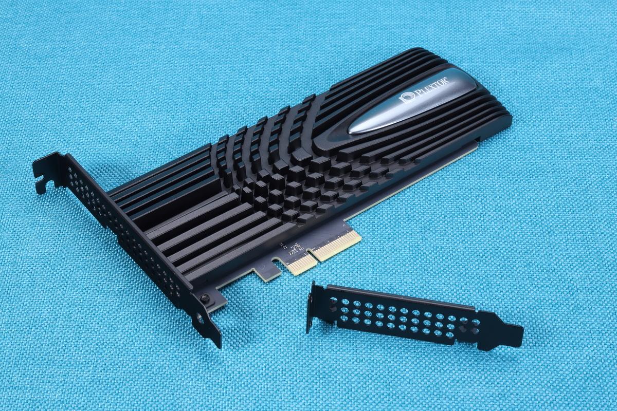 拡張カード(PCIe HHHL)型のM10PY。ロープロファイル用の変換ブラケットも付属している。