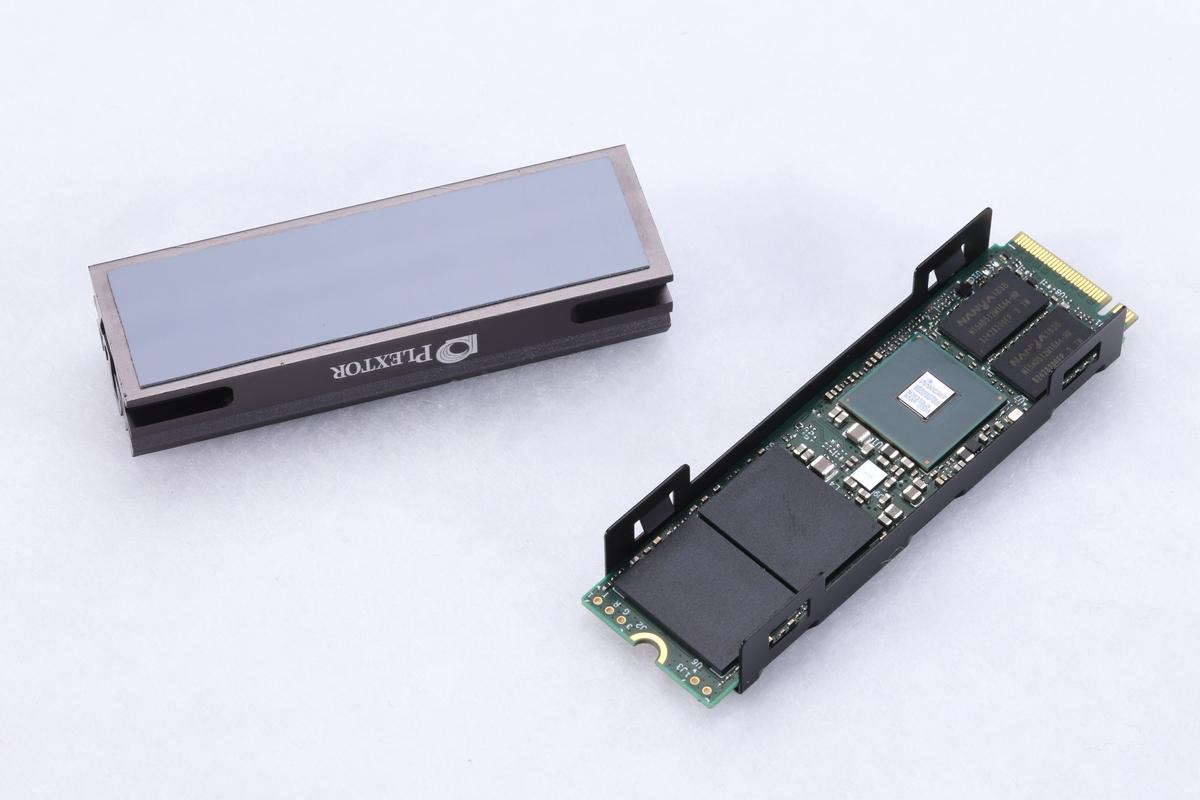 SSD本体をヒートシンクで挟み込むように取り付ける。難易度は低いが、取り付け方向には注意したい。