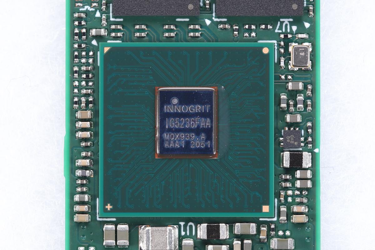 搭載コントローラは「InnoGrit Rainier」。型番の刻印は「IGA5236FAA」。