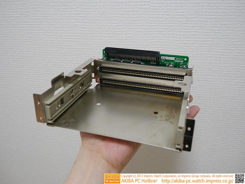取り外した拡張スロット。上部の黒いコネクタをメイン基板に接続。