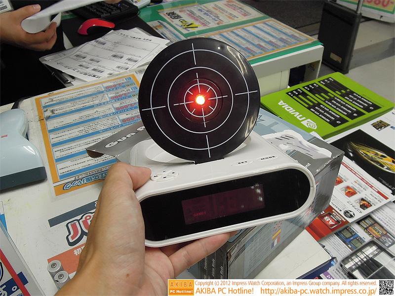 的の中央にある赤い点を銃で狙い撃つ。