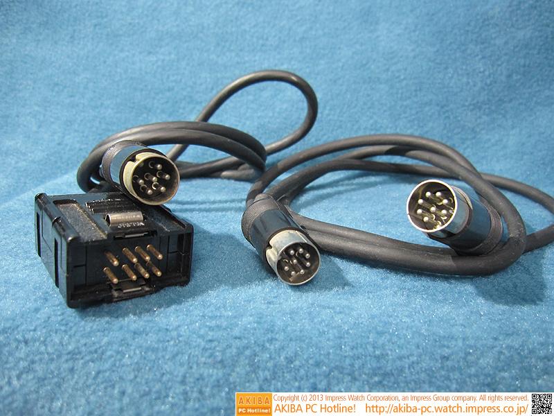 左がデジタルRGBケーブル、右がTVコントロールケーブルです。デジタルRGBとはいえ、DVI接続ではありません。