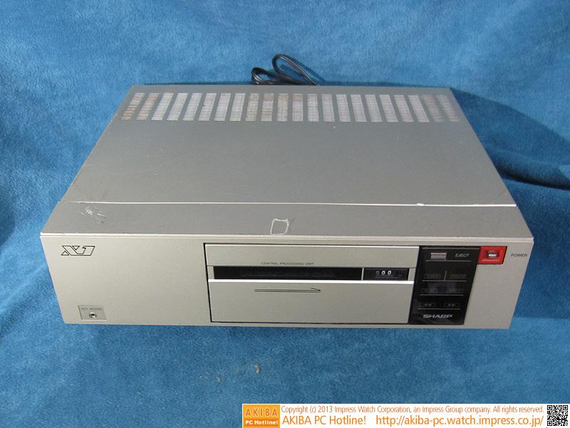X1の本体「CZ-800CS」(カラーはメタリックシルバー)です。左下にあるミニステレオピンジャックはキーボード接続端子、中央がコンパクトカセットデッキ、右上がスイッチです。