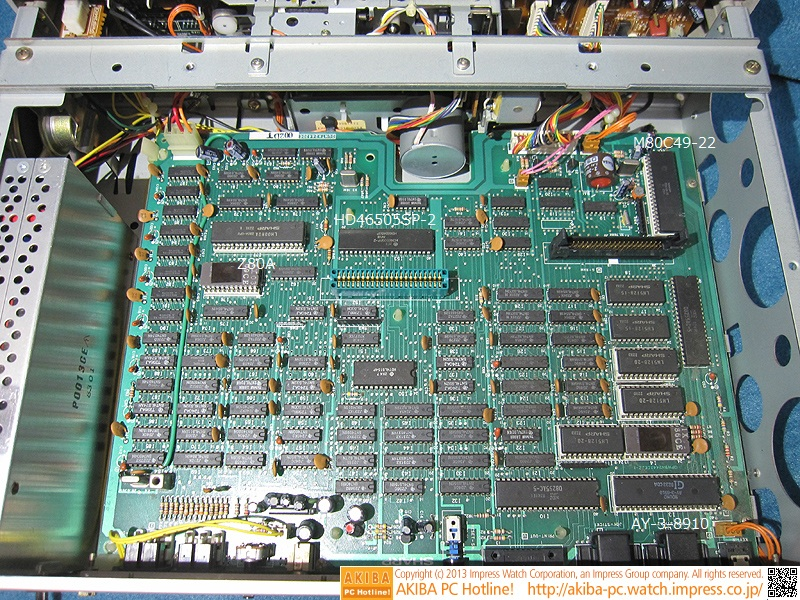 右上の白いソケットに搭載されたICがサブCPU「M80C49-22」、右下の白いソケットに搭載された「GI」と書かれたICがサウンドジェネレーター「AY-3-8910」、左上の白いソケットに搭載されたICがメインCPU「Z80A」、その右がCRTCの「HD46505SP-2」です。