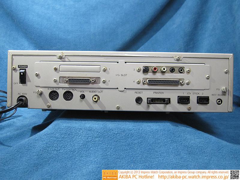 背面の様子。別売りオプションの拡張I/Oポートを搭載して「I/O SLOT」を使用できるようにしてあります。拡張カード、漢字ROMカード、RS-232Cカード、FM音源カード、FDDインタフェイスカードが刺さっています。