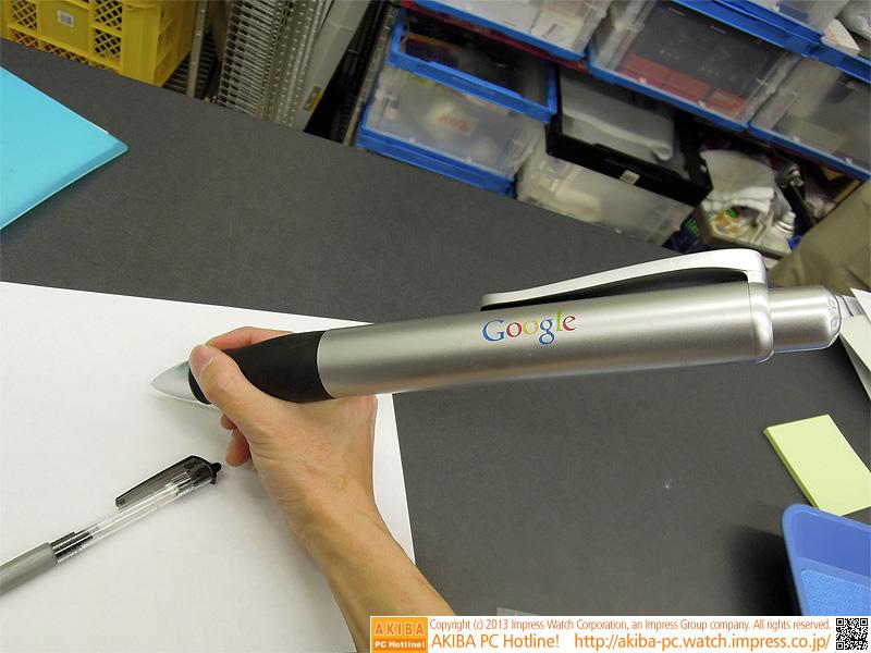 Googleロゴが入った巨大なボールペン。