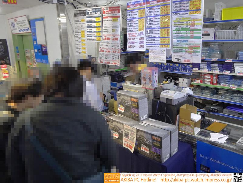 "<a class="""" href=""/shop/at/zoa.html"">ZOA 秋葉原本店</a>の店内の様子。他2店より規模の小さい同店だが、絶えず来店者がある状態だった"