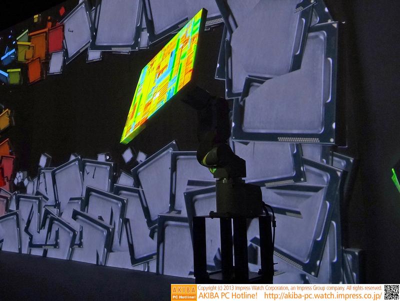 スクリーンの手前にはキャンバスがついた電動アームがあり、動くキャンバスにもちゃんとプロジェクションマッピングされていた